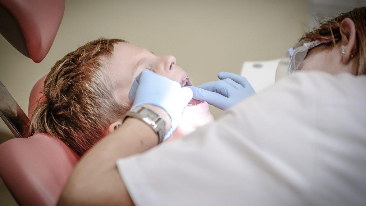 Dentista en Parla, ¿por qué se producen las caries?