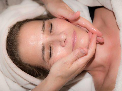 estetica parla tratamiento purifying mujer en pleno tratamiento