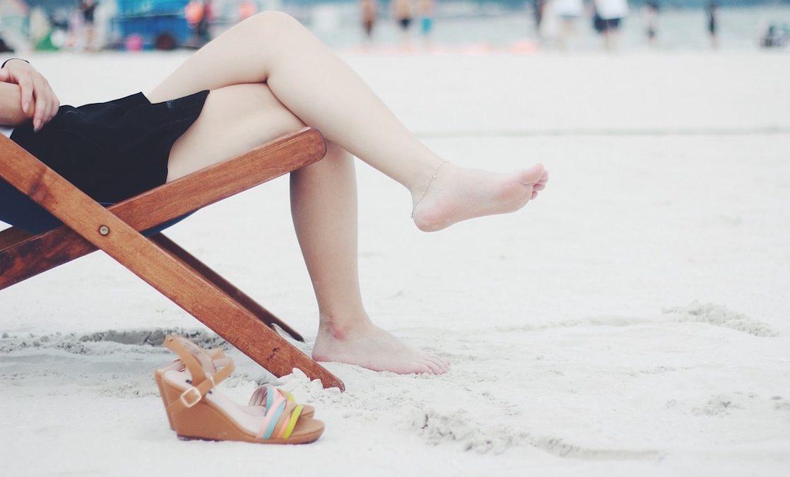 falsos mitos depilacion laser, piernas de mujer en playa