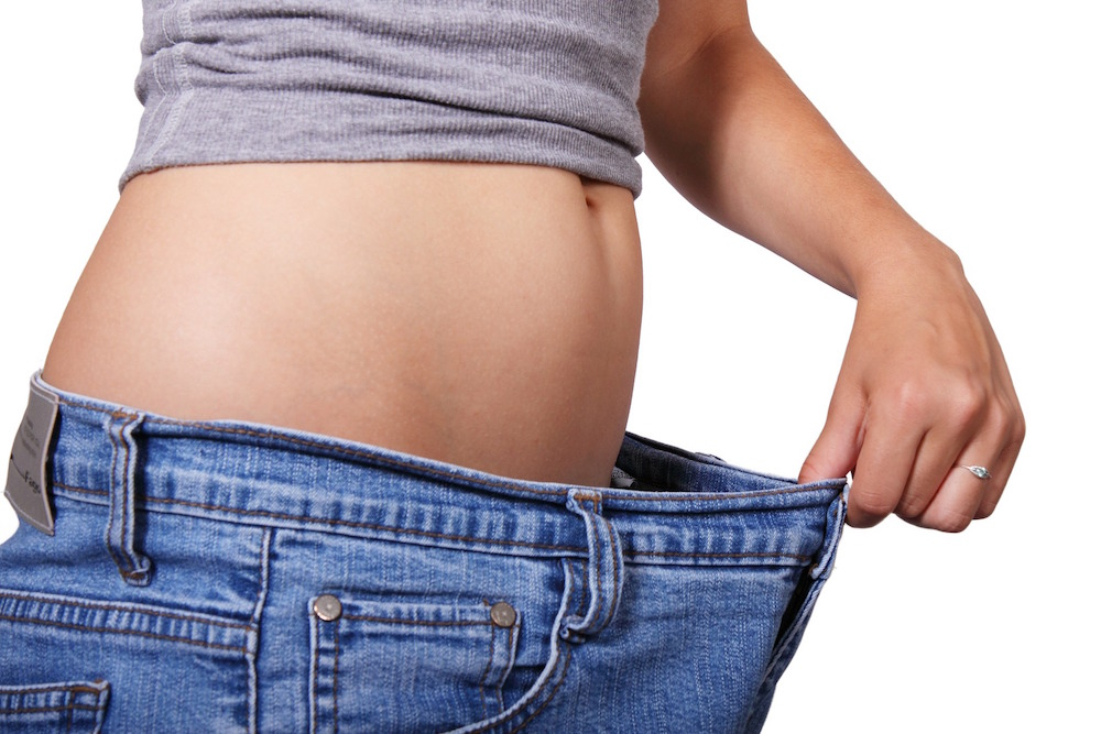 Habitos saludables que te ayudan en tu dieta para adelgazar, torso de mujer con pantalón que le queda muy grande