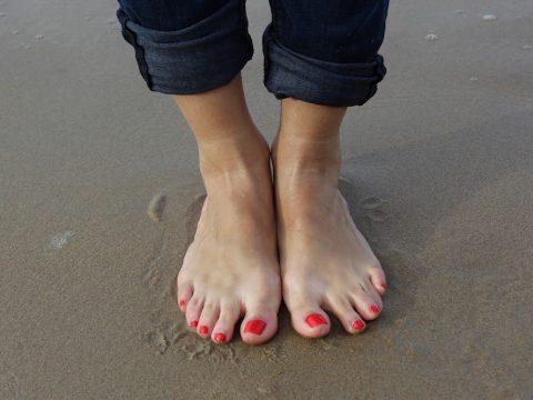 quiropodia podologo parla, pies de mujer en la playa