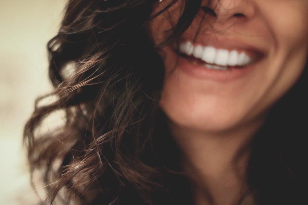Consejos para una buena salud bucodental, dentista parla, sonrisa mujer