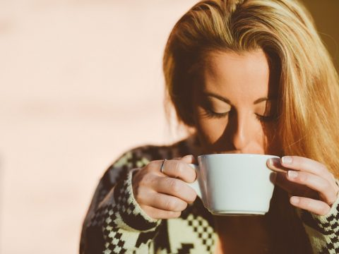 dentista parla, alimentos y bebidas que dañan tus dientes, chica tomando cafe