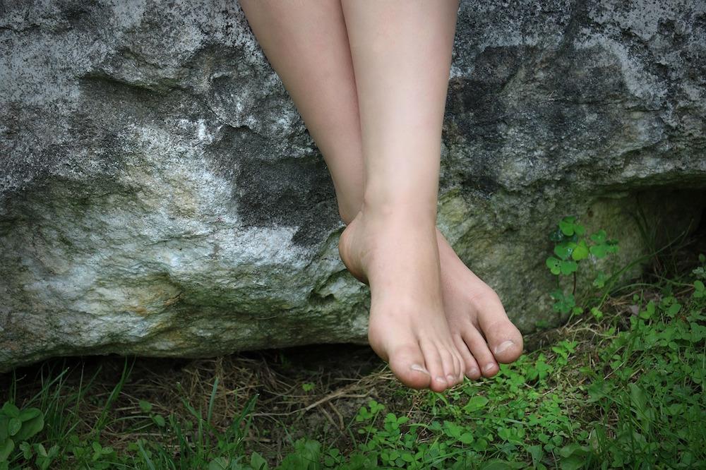 tratamiento de las durezas de los pies, podologo parla, pies de mujer con pequeñas durezas
