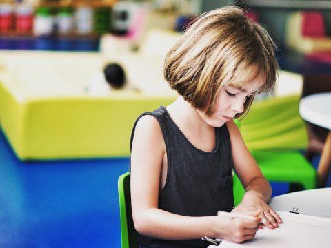 Evita malos hábitos en la vuelta al cole, consejos fisioterapia Parla, niña en clase