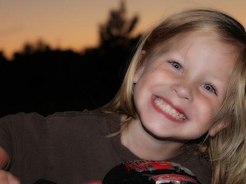 ortodoncia niños, clinica dental parla, niña sonriente